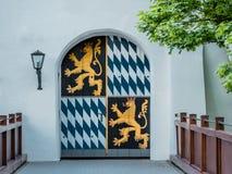 Imagem de uma porta fechado com o emblema real bávaro imagem de stock royalty free