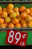 Imagem de varejo das laranjas em um mercado Foto de Stock