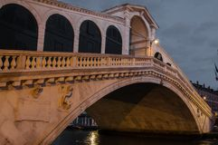 Imagem de Veneza com a ponte famosa de Rialto imagens de stock royalty free