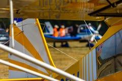 Imagem de vista abstrata da parte traseira de um plano pequeno antigo listrado amarelo e branco imagem de stock royalty free