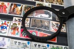 A imagem de Winston Churchill em um selo postal cancelado imagem de stock royalty free