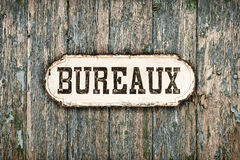 Imagem denominada retro de um sinal francês velho do escritório imagens de stock