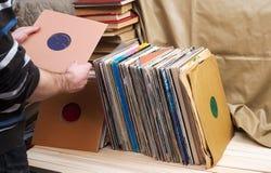 Imagem denominada retro de uma coleção do ` velho s do lp do registro de vinil com luvas em um fundo de madeira Vista superior Co Imagens de Stock Royalty Free