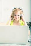 Imagem denominada retro de uma mulher que escuta a música na frente de um l foto de stock