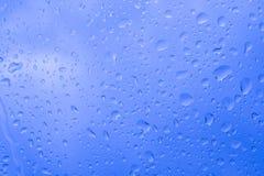 Imagem dentro das gotas da chuva da ?gua no vidro de janela do carro imagem de stock