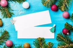 A imagem do abeto ramifica, papel vazio para gravar, bolas do Natal Imagens de Stock