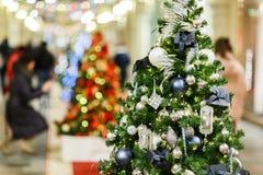 Imagem do abeto vermelho decorado do Natal na loja fotos de stock royalty free