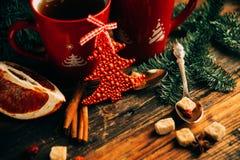 A imagem do ajuste bonito da tabela do Natal, placa branca de brilho com o copo vermelho para o café decorou o jantar do feriado, Fotografia de Stock Royalty Free