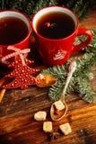 A imagem do ajuste bonito da tabela do Natal, placa branca de brilho com o copo vermelho para o café decorou o jantar do feriado, Foto de Stock Royalty Free