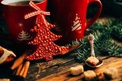 A imagem do ajuste bonito da tabela do Natal, placa branca de brilho com o copo vermelho para o café decorou o jantar do feriado, Fotos de Stock Royalty Free