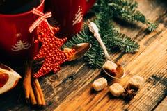 A imagem do ajuste bonito da tabela do Natal, placa branca de brilho com o copo vermelho para o café decorou o jantar do feriado, Foto de Stock