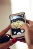 Imagem do alimento em seu telefone Fotos de Stock