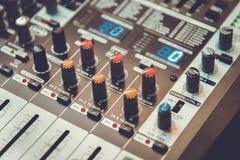 Imagem do amplificador sadio do amplificador musical ou do misturador da música com furos dos botões, do Jack e conectores do Mic fotografia de stock royalty free