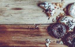 Imagem do anéis de espuma pequenos em um fundo de madeira foco na filhós Fotos de Stock Royalty Free