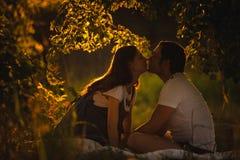 Imagem do beijo futuro feliz do paizinho a barriga do seu Fotografia de Stock