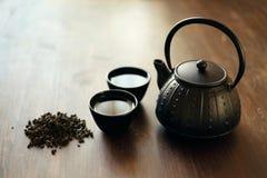Imagem do bule e de xícaras de chá orientais tradicionais na mesa de madeira Imagens de Stock Royalty Free