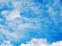Imagem do céu azul com nuvens cruentos Fotos de Stock Royalty Free