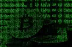 Imagem do código binário dos dígitos verde-claro, através de que a imagem do bitcoin físico ilustração stock