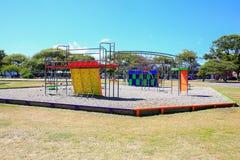Imagem do campo de jogos colorido com equipamento, Levin, Nova Zelândia foto de stock