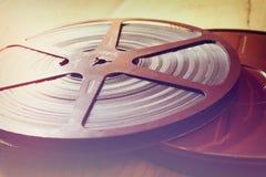 Imagem do carretel velho de um filme de 8 milímetros sobre o fundo de madeira Imagem retro do estilo Foto de Stock Royalty Free