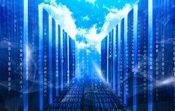 Imagem do centro de dados contra a vista idílico do sol brilhante sobre nuvens durante o dia ensolarado Conceito de dados grandes fotos de stock royalty free