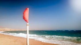 Imagem do close up da bandeira de advert?ncia vermelha que vibra sob o forte vento no beafore do mar a tempestade foto de stock royalty free