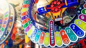 Imagem do close up da exposi??o redonda iluminada colroful no casino ou loteria que mostram pr?mios diferentes e possibilidade ga foto de stock royalty free