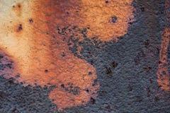 A imagem do close-up da folha velha colorida branco do metal é coberta pela oxidação profunda Imagem de Stock Royalty Free