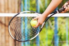 Imagem do close-up da mão do jogador de tênis com bola imagem de stock