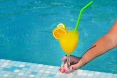 Imagem do close up da mão fêmea que guarda o cocktail Foto de Stock