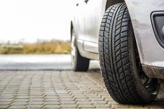 Imagem do close-up da roda de carro com o pneu de borracha preto fotografia de stock royalty free