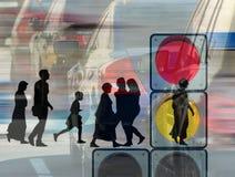 Imagem do close-up das silhuetas e dos carros dos povos Imagem de Stock