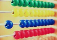 Imagem do close up de ábaco frisado sobre o fundo textured de madeira imagem filtrada retro Imagens de Stock