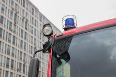 Imagem do close-up de luzes e de sirenes azuis em um carro de bombeiros fotografia de stock