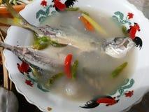 Imagem do close-up de peixes, de pimentões e de ervas tailandeses frescos de Tom Yum em um copo colorido, atrativo imagem de stock royalty free