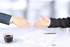 Imagem do close-up de um aperto de mão firme entre dois colegas Imagens de Stock Royalty Free