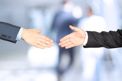 Imagem do close-up de um aperto de mão firme entre dois colegas Imagens de Stock