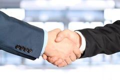 Imagem do close-up de um aperto de mão firme entre dois colegas Foto de Stock