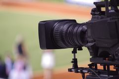 Imagem do close-up de uma câmara de televisão com um fundo obscuro fotografia de stock