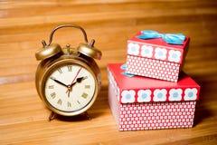 Imagem do close up do grupo de despertador e de caixas de presente Imagens de Stock Royalty Free