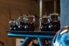 Imagem do close up dos dumbells em um suporte Equipamento do Gym Imagens de Stock Royalty Free