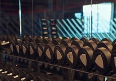Imagem do close up dos dumbells em um suporte Equipamento do Gym Fotografia de Stock