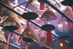 Imagem do close up dos incenso espirais que penduram do teto imagens de stock royalty free
