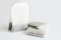 Saquinhos de chá na tabela branca Fotografia de Stock Royalty Free