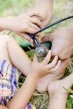 Imagem do close up em guardar novo e adulto das mãos Fotografia de Stock