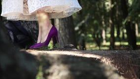 Imagem do close up do salto dos pés da mulher nas sapatas de vestido HD dos saltos altos filme