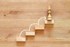 Imagem do conceito da escalada à parte superior, ao progresso e ao vencimento imagens de stock