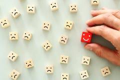 Imagem do conceito da pessoa escolhida entre outros uma cara de sorriso está para fora da multidão foto de stock royalty free