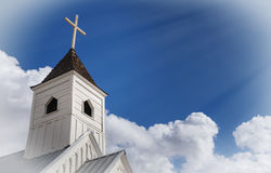 Imagem do conceito da religião e da espiritualidade Raios do feixe do sol para baixo na cruz fotografia de stock