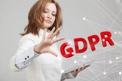 Imagem do conceito de GDPR Regulamento geral da proteção de dados, a proteção de dados pessoais Jovem mulher que trabalha com foto de stock